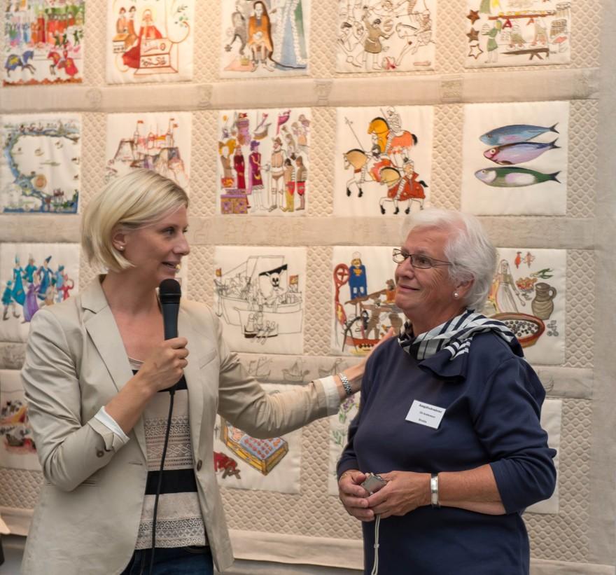 Elisabeth Mattsson pratar med Git Andersson som är designledare för sista broderiet