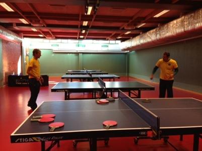Olympierna Johan Röjler och Markus Oskarsson på besök i pingishallen.