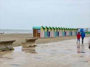 Strandpromenad i regn