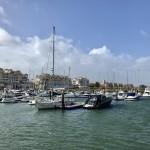 Hamnen på Isla de Canela i Andalusien. En resort mot havet.