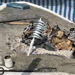 Ett mycket basic sätt att grilla på. Sandbädd i gammal båt med träkol på och stick ner ett spett med sardiner lutat mot kolen. Voila´