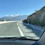 Sierra Nevada tornar upp sig 3.400 möh där vägen mot Granada ringlar sig upp över bergen.