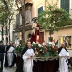 Processioner med kyrkans reliker