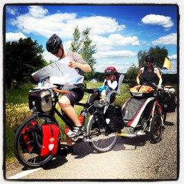 En göteborgsfamiljgör ett cykelstopp längs Ginstleden.
