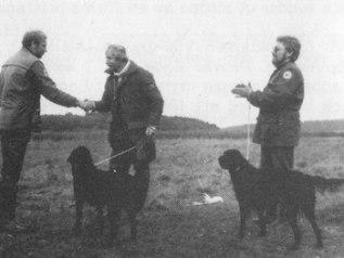 Lasse Johnsson gratuleras av domaren Stig Olsson under vilda applåder av tvåan Ronny Olsson, FM 1981.