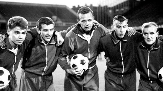 """Detta är inte kedjan mot Sovjet, utan kedjan mot Polen i en landskamp året därpå, 1964, 3-3 den 7 oktober. Fr v Roger Magnusson, Örjan Martinsson, Bengt Lindskog, Bosse Larsson och Lennart """"Nacka"""" Skoglund. Det är bara Örjan Martinsson som är kvar från Sovjetmatchen!"""