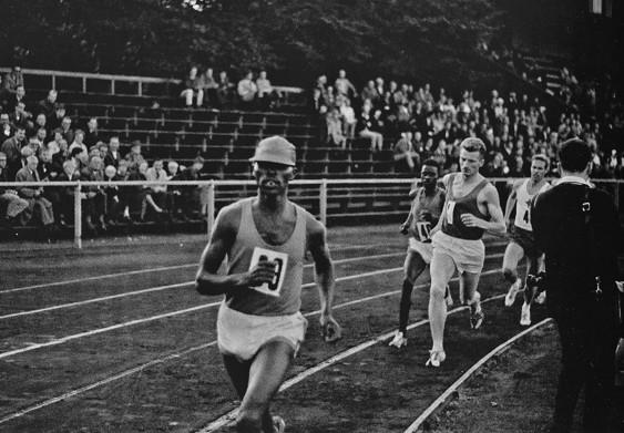"""Keino i täten vid rekordloppet på 3000 m i Helsingborg, iförd sin karakteristiska brandgula keps. När det återstod två varv tog han av sig kepsen, för att rusa vidare i världsrekordtempo. Observera de glest besatta åskådarläktarna, endast 1814 betalande åskådare. Men arrangerande IFK Helsingborg menade ändå på att det var en """"fantastisk propaganda för friidrott och en av våra uppgifter är ju att bredda sporten och föra den framåt."""""""
