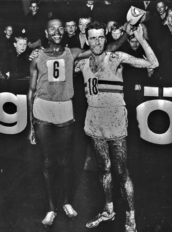 Kipchonge Keino och Gaston Roelants efter 5000 m-loppet på Stadions regntunga banor