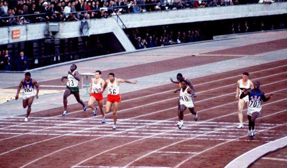 100 m-finalen i Tokyo. Bob Hayes (längst t.h.) vinner före kubanen Henrique Figuerola (helvit) och kanadensaren Harry Jerome (nr 56 i mitten).