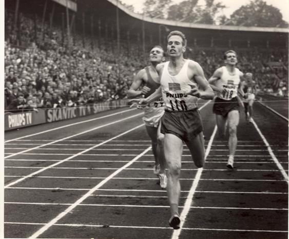 """""""Esso"""" Larsson vinner finnkampen på 1500m 1963 före Olavi Salonen och Karl-Uno Olofsson."""