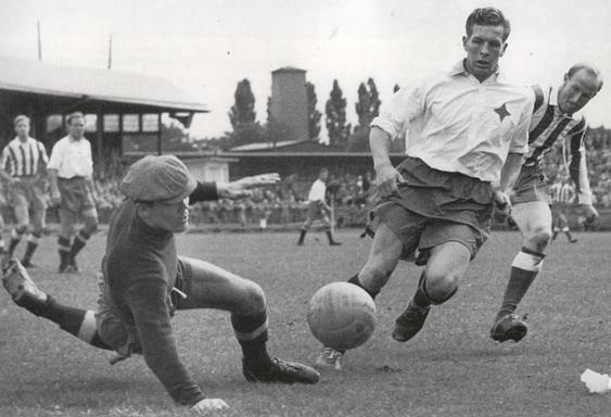 """Ett samspelt par - Bengt """"Zamora"""" Nyholm och Åke """"Bajdoff"""" Johansson, både i IFK Norrköping och landslaget. De båda gjorde nästan 600 matcher tillsammans och var ett """"radarpar"""" i försvarsspelet. """"Bajdoff"""" fick Guldbollen 1957 och att inte """"Bajdoff"""" fick vara med i VM 1958 brukar legendaren Putte Kock kalla """"Svensk fotbolls största misstag"""""""