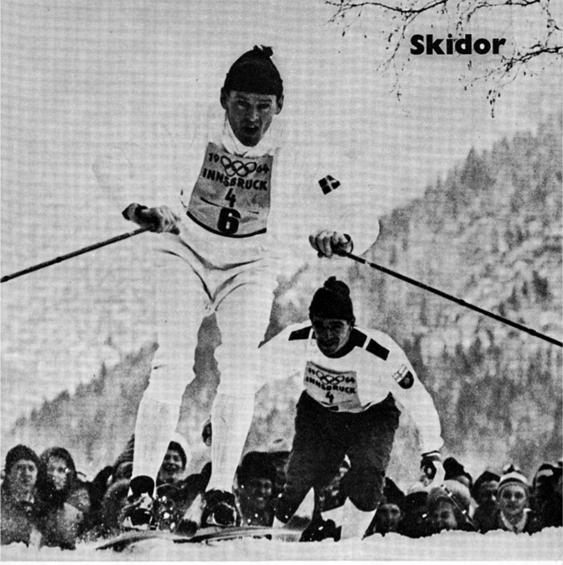 Assar Rönnlund på väg mot stafettguldet före jagande finnen Eero Mäntyranta i OS 1964 i Innsbruck