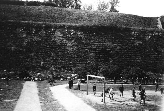På den gamla goda tiden - fotbollsspel i Vallgraven