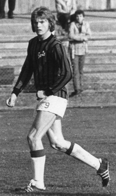 Per Olof Olsson debuterade som 16-åring i BoIS A-lag 1970. Numera är det sällan som det släpps fram några yngre spelare på elitnivån. P-O fortsatte efter två säsonger i BoIS vidare till Örgryte och IFK Norrköping innan han 1979 blev proffs i belgiska Waterschei, där han spelade tills han 1982 återvände till Sverige och Helsingborgs IF. Mer om P-O kan du läsa i Varbergsidrotten 2010 (sid. 192-201)