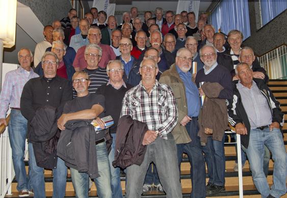 """Det var 48 medlemmar som var med på VIHFs utflykt till Helsingborg och på bilden ovan syns (nästan) alla på """"södra ståplats"""" i Helsingborgs nyöppnade Idrottsmuseum."""