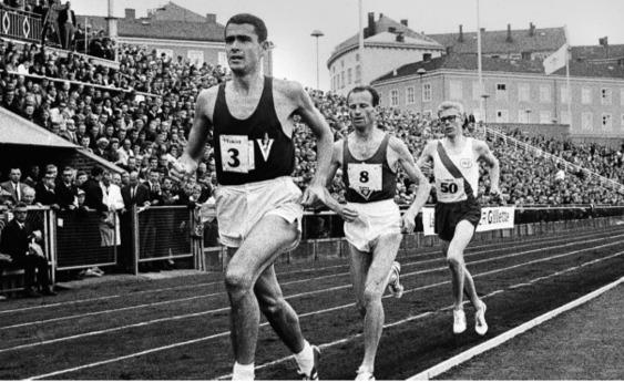 Starten har gått för 10000 m på Bislett 14 juli 1965. Clarke-Hogan-Börsen
