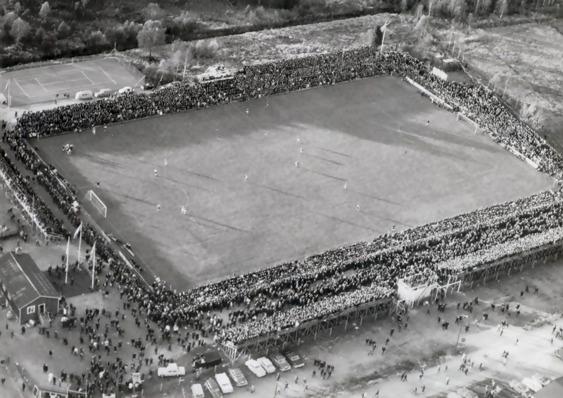 Ett fullsatt Grimsborg  vid kvalmatchen mot Brage - 15 520 åskådare.