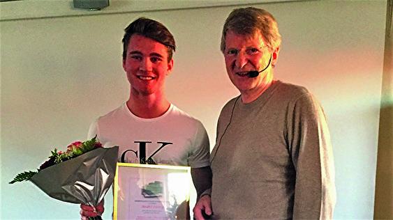 Årets stipendiat fick förutom prissumman 5 000 kr även blommor och diplom av VIHFs ordförande Errol Flysjö