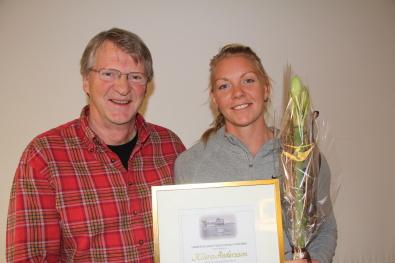 Vår ordförande Errol Flysjö hade nöjet att överräcka det första stipendiet till kanotisten Klara Andersson, KK Bris. Året var 2014. Vem som blir årets stipendiat avslöjas på årets sista idrottscafé