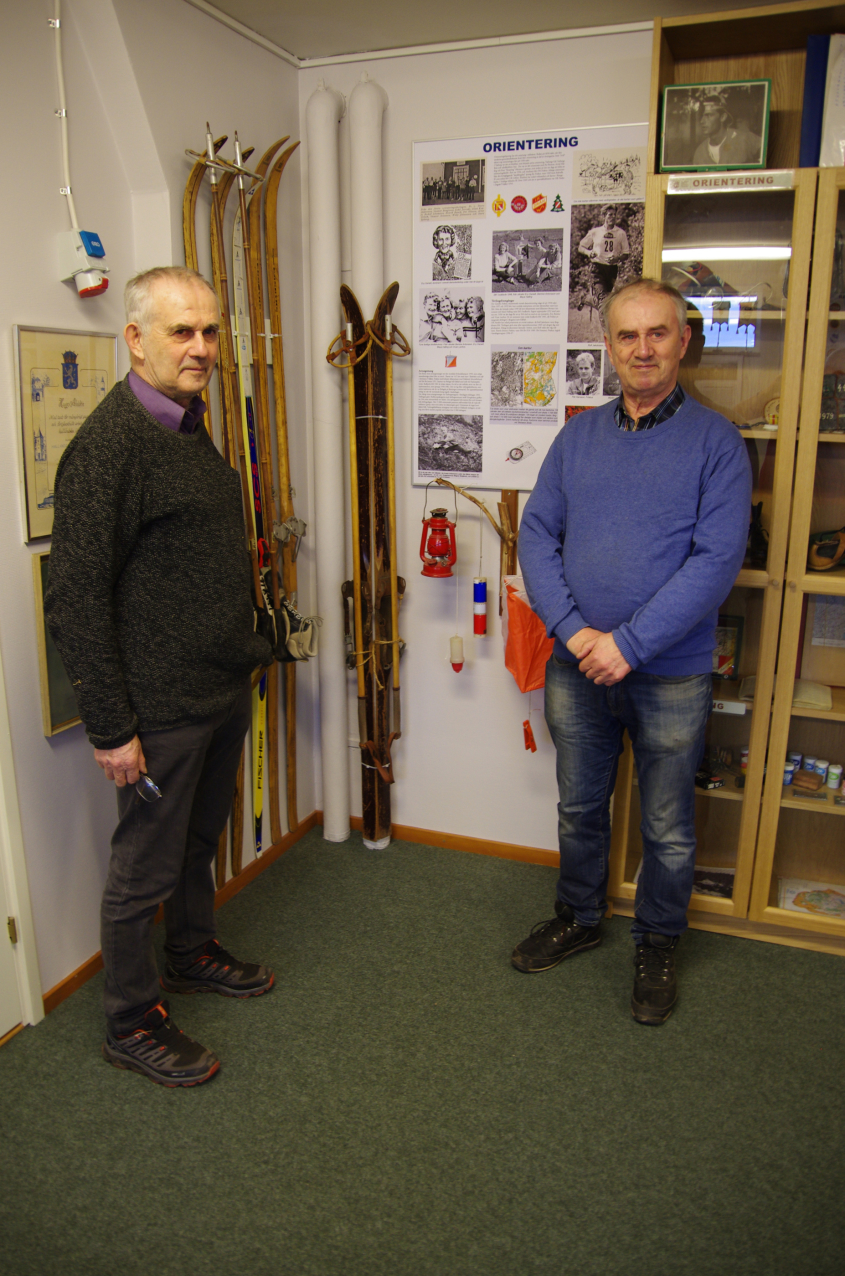 Långväga gäster på IDROTTSMUSEET. Bröderna Svensson från Gällared granskade våra skidor.