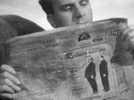 En av Hitchcocks klurigaste cameo. Eftersom han inte fick plats i livbåten från filmen med samma namn så blev det i en annos istället.