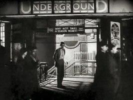 Ivor Novello på väg in i tunnelbanan ur Downhill