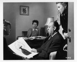 Edih Head viasr upp sina skisser till filmen Notorious för Hitchcock