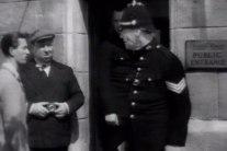 Hitchcock till vänster i bild med en kamera i handen