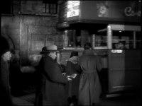 I slutet av filmen går Hitchcock förbi ett tåg
