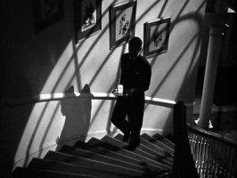 Cary Grant på väg upp för trapporna med ett glas mjölk