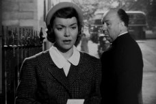 Hitchcock vänder sig om och kollar på Jane Wyman