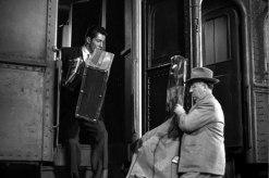 Hitchcock bär ombord en kontrabas på ett tåg