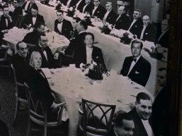 Hitchcock syns på ett klassfoto 13 minuter in i filmen