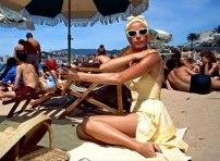 Grace Kelly på badstranden i ännu en kostym designad av Edith Head