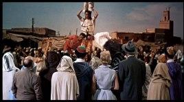 Hitchco tittar på akrobater till vänster i bild