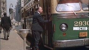 Hitchcock försösker att komma med en buss
