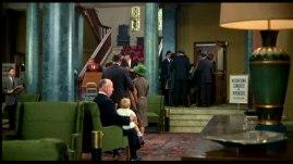 Hitchcock med en baby i knäet som kissar på sig