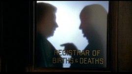Hitchcocks siluett i mitten av filmen