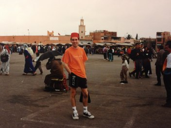 Jag själv på Gycklarnas torg i Marrakech där Mannen som visste för mycket spelades in 1956
