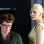 Imelda Staunton som AHs fru Alma Reville och Sienna Miller som Melanie Daniels