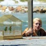 Sienna Miller på väg upp ur båten