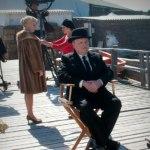Toby Jones som Hitchcock och i bakgrunden Sienna Miller som Melanie
