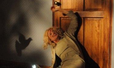 Sienna Miller som Tippi Hedren under den berömda fågelatacken på vinden.