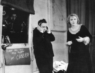Alfred Hitchcock lyssnar på en ljudupptagning under inspelningen av Blackmail.