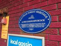 Minnesplaketten som visar att här föddes Alfred Hitchcock.