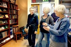 Per Malmgren från föreningen Vi i Skolan är glad att biblioteket i Tåstarp får vara kvar trots att lokalerna blir mindre. Bibliotekarie Ingeborg Andersson har planer på att låta foajén bli det nya ska