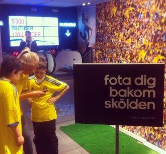 Eventpersonal från Renommé fotar barnen med sina fotbollsidoler, på Adidas event.