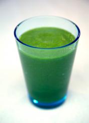 Mixa din egen supersmoothie efter träningen för maximal återhämtning med banan, juice och spirulina!