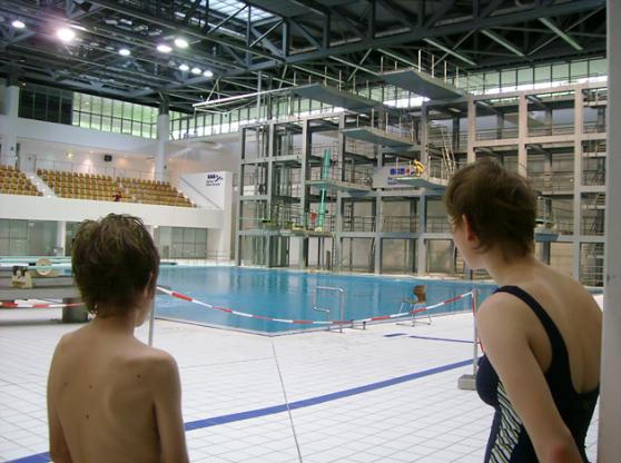 Bilden ovan visar installationer av hopp-anordningar på Europa Sport Park i Berlin en av Europas största simanläggningar som varje år står som värdar för World Cup och också arrangerat EM i simning. (2002)