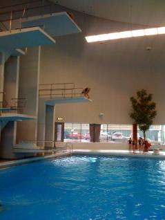 Hopptorn i Eriksdalsbadets hoppbassäng. Här finns avsatser för 3-5-7,5 och 10 meter